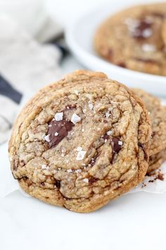These Soft and Chewy Brown Butter Chocolate chip cookies are made with a nutty brown butter, chunks of dark chocolate and a touch of sea salt on top. They are perfectly crispy on the edges but soft and chewy in the middle. Salted Chocolate Chip Cookies, Chocolate Chip Oatmeal, Chocolate Recipes, Caramel Cookies, Baking Recipes, Cookie Recipes, Cookie Flavors, Bar Recipes, Oatmeal Breakfast Bars Healthy
