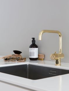 The brass crane tap from Vola gives a hint of glamor! The soap is from Aleksander Sprekenhus while the kitchen towel is from Georg Jensen Damask . Inspiring kitchen 2017 | Bo-bedre.no