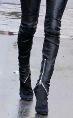 Zipper detail on leather skinny pants