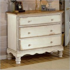 Hillsdale House Wilshire 3 Drawer Bachelor's Chest in Antique White Finish - 1172-772