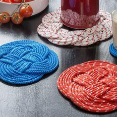 Puno värikkäästä köydestä perinteisiä pannunalusia. Katso Avotakan ohjeet ja tee pannunalusia itselle tai lahjaksi. Craft Projects, Projects To Try, Project Ideas, Christmas Makes, Christmas Ideas, Ribbon Work, Some Ideas, Crochet Stitches, Macrame
