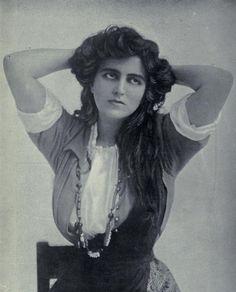 Miss Maxine Elliot in theatrical costume, 1908