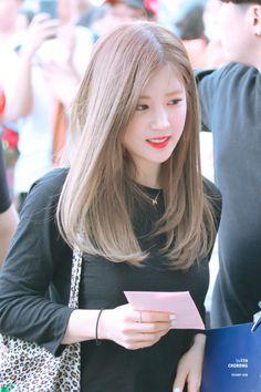 Apink - Chorong Girl Haircuts, Girl Hairstyles, Kpop Hairstyle, Kpop Girl Groups, Kpop Girls, Kpop Hair Color, Medium Hair Styles, Curly Hair Styles, Korean Haircut
