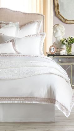 Graceful and delicate, with a hint of lace for a sophisticated, feminine touch, the 300-thread count Chelsea sateen duvet is the epitome of high-end luxury.