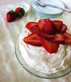 Fragrant Vanilla Cake: Strawberries and Cream Cake Strawberry Vanilla Cake, Raw Vegan Desserts, Vegetarian Cake, Strawberries And Cream, Cream Cake, Clean Eating Recipes, Panna Cotta, Food Porn, Gluten Free