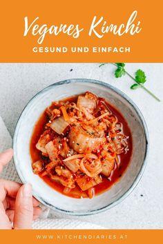 Veganes Kimchi - mit diesem Rezept erfährst du, wie du in 5 einfachen Schritten dein eigenes veganes Kimchi aus Chinakohl selbst herstellst. Die beliebte Beilage aus Korea ist nicht nur ein geschmacklicher Hit, sondern auch noch richtig gesund! Superfood, Thai Red Curry, Fruit, Korea, Ethnic Recipes, Tricks, Vegan Kimchi Recipe, Vegane Rezepte, Ramen Noodle Soup