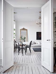 Apaisant. Le premier mot qui me vient à l'esprit à chaque fois que je vois un intérieur monochrome. Et cet appartement suédois, dans un...
