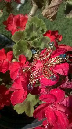 Colgante cobre y cuentas cristal azul. Rosa Blanca. Palencia.