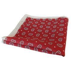 SONJA KAMPY Einstecktuch mit einem klassischen Paisley-Muster auf bedrucken Wolle in fünf Farbkombinationen. Picnic Blanket, Outdoor Blanket, Beach Mat, Paisley, Color Combinations, Wool, Red, Colors, Pattern