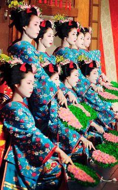都をどり 祇園 京都 Traditional Spring Dance Festival by Maiko - Miyako Odori in Kyoto, Japan みやこをどりはよ〜いやさぁ〜