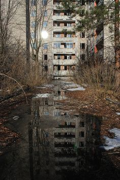 abandoned city of Pripyat, Ukraine Old Abandoned Buildings, Abandoned Mansions, Old Buildings, Abandoned Places, Chernobyl Disaster, Francis Picabia, Haunted Places, Ghost Towns, Architecture