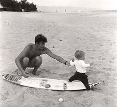 young daddy and a baby in the beach Cute Family, Family Goals, Family Family, Happy Family, Cute Boys, Cute Babies, A Well Traveled Woman, Mama Baby, Baby Boy