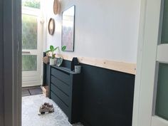 Waarom je moet durven doen in jouw huis Hall with black paneling and spruce top as a finish. Interior Design Living Room, Living Room Designs, Sweet Home, Hallway Inspiration, Hallway Storage, Radiator Cover, Small Room Bedroom, Hallway Decorating, Interior Styling