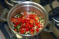 Zelf chilisaus maken is ontzettend leuk en makkelijk. Iedereen die dit recept probeert, zal versteld staan van hoe eenvoudig en lekker het is. Je maakt de chilisaus in minder dan vijftien minuten! Ingrediënten voor 1 middelgrote pot 2 tot 3 grote rode pepers bijv. Spaanse peper of Jalapeños, fijngehakt (zaadlijsten eventueel verwijderd, afhankelijk van hoe…