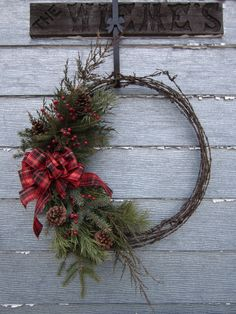 One way to recycle barbed wire from old fences Western Christmas, Cabin Christmas, Country Christmas, Christmas Christmas, Barbed Wire Decor, Barbed Wire Wreath, Barb Wire Crafts, Bunting, Cowboy Crafts