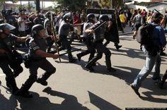 Tropa de choque da PM em confronto com manifestantes em São Paulo (fonte: Estadão)