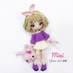 《原創》GO1-mini 鉤針:1.8mm&2.0mm 線材:呼拉拉、絨絨線 高度:18公分 俏麗的春裝是我的最愛,毛絨絨的兔包也可愛極了,這麼甜美的風格平時的我怎麼也不可能搞成這樣,所以就讓mini來幫我完成實現吧!