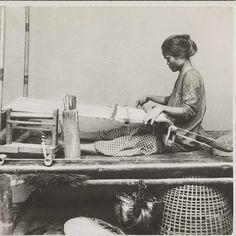 Portret van een vrouw aan een weefgetouw in Makassar, anonymous, 1899 - 1901 - Rijksmuseum