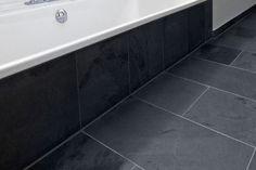Donkere vloer witte muren stuc met 1 betegelde muur bij de douche bathroom inspirations for Idee betegelde toiletruimte