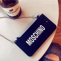デザインに個性的なモスキーノMoschino ブランドのアイフォンX/テン iphone8/7 plus スマホケースです。シンプル風のブラック、チェーン付きでバックのように掛けることができ、シリコン素材は柔らかさと衝撃吸収兼有!