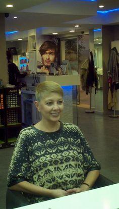 Daha ilk kemoterapi başlamadan saçımı  gidip ablamla kazıtmışım