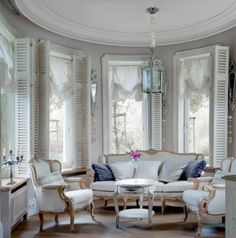 Decorating Parisian Chic Style - French decorating can be sparse or lushly layered, but it is always attractive. Luxury Home Decor, Luxury Interior, Classic Interior, Luxury Homes, Parisian Chic Decor, Parisian Style, Shabby Chic, Style Chic Parisien, Style Français