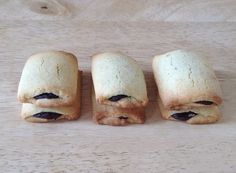 KANGOO MAISON. Pour 22 biscuits : Pour le fourrage au chocolat : 90g de chocolat noir, 60g de crème liquide, 20g de sucre blond en poudre, 1 càs rase de cacao en poudre. Pour le biscuit : 250g de farine, 125g de beurre demi-sel, 1 œuf, 80g de sucre blond, 1 càs de sucre vanillé maison (ou 1 sachet).