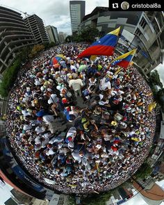 Foto de @cristobal8a La protesta es un mundo de gente #ccs #caracas #caracascamina  1ro de mayo. 1pm. #1m #caracas #venezuela