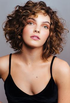 Those days when all the coolest styles were only for straight hair are over. Here are some fun and trendy ideas and inspiration for curly hair.just don't cut it yourself gurl. ✨ hair styles Simple And Trendy Haircuts Great For Curly Hair 💇🏼‍♀️ Hairstyles Long Bob, Haircuts For Curly Hair, Trendy Haircuts, Curly Hair Cuts, 4c Hair, Wavy Hair, Short Permed Hair, Quince Hairstyles, Short Curly Bob