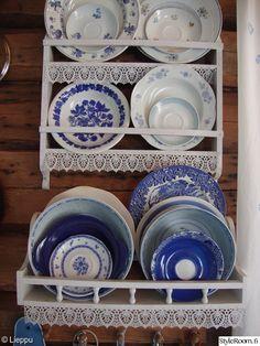 keittiö,sininen,valkoinen,mökki,hirsiseinä Collectible Pottery, Cottage Style, Scandinavian Home, Rustic Furniture, Comforters Cozy, Cottage Style Kitchen, Decorative Plates, Seaside Cottage, Blue And White
