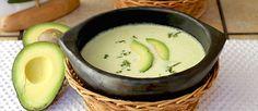 Una manera rica y diferente para disfrutar el aguacate. A seguir el paso a paso, una receta muy simple, con ingredientes frescos. Lindo color, espesa y deliciosa!