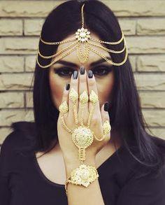 Maang Tikka - Gold Layered Maag Tikka with a Matching Haath Phool | WedMeGood #maangtikka #haathphool #indianjewelry #indianwedding #indianbride #smokyeye