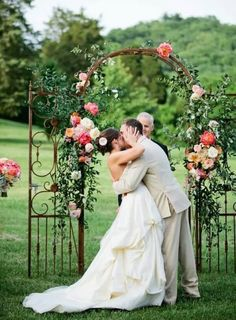 You have a summer wedding and it's not a beach one, what about arches? Here everything depends on the style and them you've chosen: woodland, rustic barn, classic, garden or any other you like.