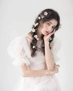 At Lilyhair, you are guaranteed the highest quality hair products, professional and informed expert assistance and the most beautiful experience. Beautiful Girl Image, Beautiful People, Girls Image, Aesthetic Girl, Bride Hairstyles, Ulzzang Girl, Girl Photos, Beauty Women, Bridal Hair