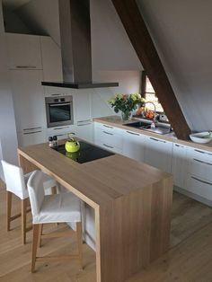 🤩 Ależ perełka‼️ Minimalistyczna kuchnia pod skosami 💪 Dominuje biel i drewno, a nad wyspą okap Nortberg Sento Island Black 90 cm 😍 Co sądzicie o kuchniach na poddaszu❓  #nortberg #okap #okapkuchenny #okapwyspowy #wyspakuchenna #kuchnie #design #aranżacjawnętrz #aranżacjakuchni #kuchnianapoddaszu #kuchniazeskosami #rangehood #venthood #exhausthood #extractorfan #dunstabzugshauben #inox #tshape Loft Kitchen, Kitchen Island, Minimalism, Interior, Table, House, Furniture, Home Decor, Exhaust Hood