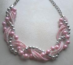 Maxi colar rosa, trançado com detalhes em pedras prateadas. R$ 22,49