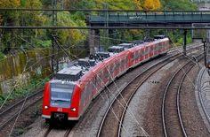 Am Montagnachmittag gerät der S-Bahn-Verkehr nicht nur auf der Linie S2 ins Stocken. Während hier ein Zug liegen blieb, musste die Strecke der S4 und S5 zwischen Ludwigsburg und Kornwestheim wegen Personen auf den Gleisen gesperrt werden. http://www.stuttgarter-zeitung.de/inhalt.s-bahn-in-stuttgart-strecke-blockiert-strecke-gesperrt.e0327b59-2aab-42e9-8d42-16e2ce6daf2c.html
