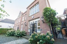Haus in Enkhuizen, Niederlande. The whole house is at your disposal. Including all the washing and cooking facilities, the cinema, computer and (very) high speed internet via Wifi.  You will have a private parking space. We can even discuss rental of our car(s).   The old centre...