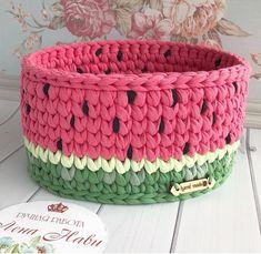No photo description available. Crochet Vase, Crochet Box, Diy Crochet And Knitting, Crochet Round, Crochet Crafts, Crochet Doilies, Yarn Crafts, Crochet Projects, Crochet Basket Tutorial