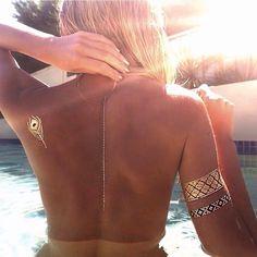 Summer love Metallic flash tattoo dots down her back Tattoo Flash, Flash Tats, Gold Tattoo, Metal Tattoo, Festival Gear, Festival Fashion, Festival Clothing, Sommer Tattoo, Bys Maquillage
