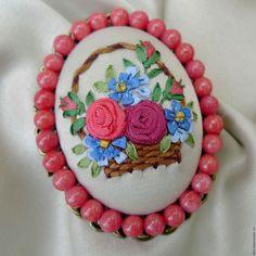 Купить Брошь с вышивкой лентами Корзинка с розами и незабудками - коралловый…