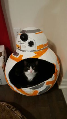 Star Wars themed cat bed made of paper mache. Crazy Cat Lady, Crazy Cats, Nerd, Star Wars Bb8, Star Wars Bedroom, Animal Gato, Star Wars Merchandise, Cat Crafts, Here Kitty Kitty