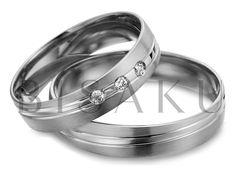 R146 Diagonálně vedené linky? Tento prvek máme v oblibě a vždy se snažíme ho ztvárnit jinak. Tomuto páru snubních prstenů vévodí silná lesklá linie, která design obou prstenů sjednocuje. U dámského prstenu jsou v této linii zasazeny tři kameny. #bisaku #wedding #rings #engagement #svatba #snubni #prsteny #palladium Wedding Rings, Engagement Rings, Pure Products, Jewelry, Design, Simple Lines, Enagement Rings, Jewlery, Jewerly