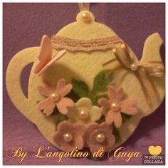 Piccola teiera fustellata in feltro rigido e decorata con fiori in feltro e farfalla in fommy