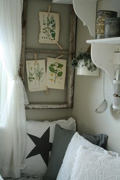 **put chicken wire in old frames and use clothes pins for pics Rustic Cottage, Shabby Cottage, Shabby Chic, Cottage Chic, Cottage Style, Old Window Frames, Old Frames, Window Ideas, Salvaged Decor