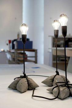 Lampan med betongpåse som fot