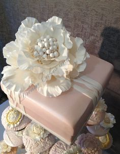 vintage cupcakes - by dreamcakes4512 @ CakesDecor.com - cake decorating website