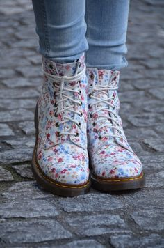 Fashion, Soft Grunge, Indie Photography & More. Grunge Style, Soft Grunge, Style Indie, Dr. Martens, Pretty Shoes, Cute Shoes, Me Too Shoes, Sock Shoes, Shoe Boots