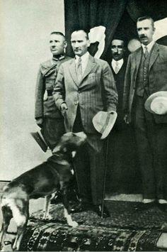 23 Ağustos 1925 tarihinde #Çankırı'yı ziyaret eden Atatürk ve yanında çok sevdiği köpeği Foks.