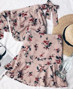 Floral print skirt, floral prints, skirt outfits, dress skirt, cute out Plaid Fashion, Tomboy Fashion, Look Fashion, Fashion Outfits, Spring Summer Fashion, Spring Outfits, Skirt Outfits, Cute Outfits, Dress Skirt